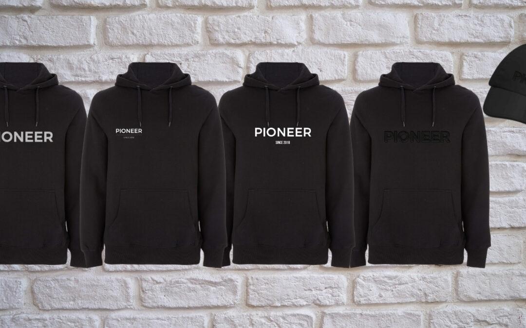 Pioneers Merch: Bio-Hoodies und Baseballkappe